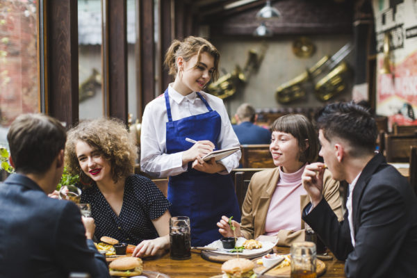 Um Guia de Como Encantar o Cliente do Seu Restaurante