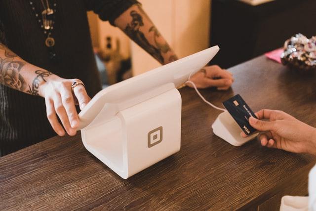 6 Dicas de Como Escolher Uma Máquina de Cartão Para o Seu Restaurante