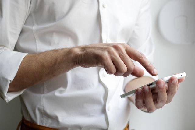 dono-de-restaurante-com-celular